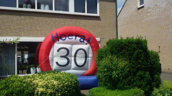 Opblaasbaar verkeersbord voor 30-jarige in de tuin